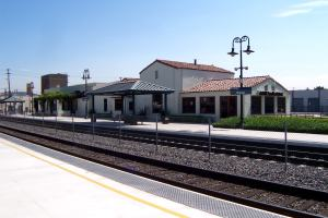Metrolink_platform_in_Orange_CA_7-14-04